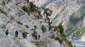 Trekkers trekking z powrotem od campingowego miejsca w Pakistan Obrazy Stock