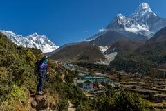 Trekkertrek op meest everest basiskamp 3 pas op Lobuche aan Gokyo, Nepal op de winter stock foto