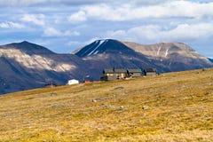 Trekking över Longyearbyen i arktisk region Arkivfoton
