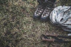 Trekking ботинки, ручки и рюкзак лежа на земле Концепция образа жизни путешествием перемещения стоковое изображение
