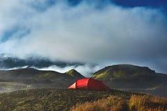 Trekking в Исландии располагаться лагерем с шатрами на утре Стоковое Изображение RF