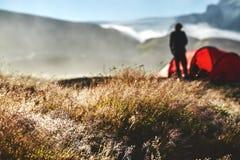 Trekking в Исландии располагаться лагерем с шатрами на утре Стоковое Изображение