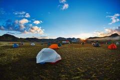 Trekking в Исландии располагаться лагерем с шатрами приближает к озеру горы Стоковые Изображения RF