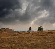 Trekking в плохой погоде Стоковая Фотография RF