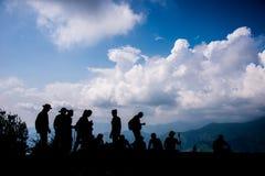 Trekking группа на вне лагере двери Стоковое Фото