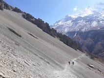 Trekking маршрут к озеру Tilicho стоковые изображения rf
