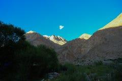 Trekking местность следа K2, ряд Karakoram, Пакистан, Азия стоковые изображения