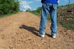 Trekking приключение идет вдоль дороги/проселочной дороги /mountain грязной улицы гравия в лесе стоковое фото