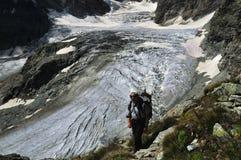 Trekking acima da geleira de Tiefmatten imagem de stock