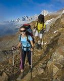 Trekking in alpenbergen royalty-vrije stock fotografie