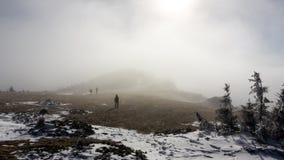 Trekking através da névoa Fotografia de Stock Royalty Free