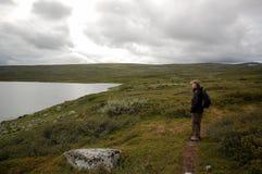 Trekking au lac en hautes montagnes Images stock
