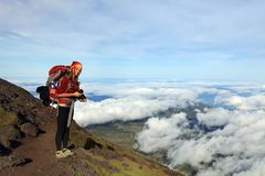 Trekking auf Pico Volcano lizenzfreie stockbilder