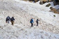 Trekking auf Schnee-Bergen des Himalajas lizenzfreies stockbild