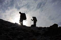 Trekking bovenop de berg Royalty-vrije Stock Foto's