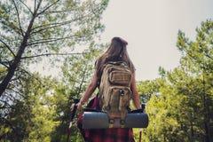 Trekking com a trouxa na floresta imagem de stock
