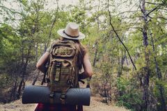 Trekking com a trouxa na floresta fotos de stock