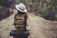 Trekking com a trouxa na floresta imagem de stock royalty free
