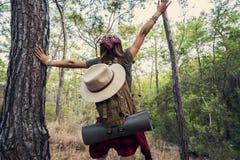 Trekking com a trouxa na floresta imagens de stock