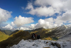 Trekking d'amis au-dessus du lac Balea Photo libre de droits