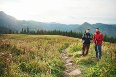 Trekking d'amis ensemble dans le grand dehors Image libre de droits