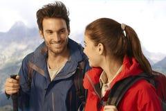 Trekking d'amis marchant en montagnes Images stock