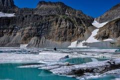 Trekking dans la traînée de lac Grinnel, parc national de glacier, Montana, photo stock