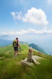 Trekking dans les Alpes Photo libre de droits