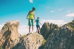 Trekking dans les montagnes Photographie stock libre de droits