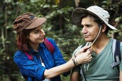 Trekking de couples dans la forêt ensemble Photo stock