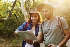 Trekking de couples ensemble utilisant la carte Image libre de droits