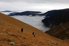 Trekking de deux filles sur la montagne Photographie stock libre de droits