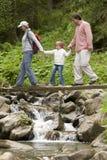 trekking de famille Images libres de droits