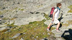 Trekking de femme dans le paysage de montagne rocheuse de haute altitude Aventures d'été sur les Alpes français italiens banque de vidéos