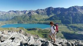 Trekking de femme dans le paysage de montagne rocheuse de haute altitude Aventures d'été sur les Alpes français italiens clips vidéos