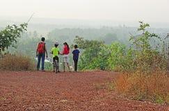 Trekking de groupe dans Hilly Countryside scénique Images libres de droits