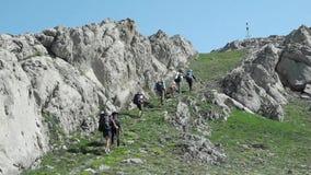 Trekking de groupe de randonneurs en Crimée banque de vidéos