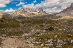 Trekking in de Italiaanse Alpen rond de Drie Pieken Stock Afbeeldingen