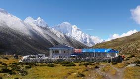 Trekking de l'Himalaya de montagnes Photos libres de droits