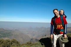 Trekking de montagne avec le papa Photos libres de droits