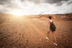 Trekking de randonneur de femme dans les montagnes image libre de droits