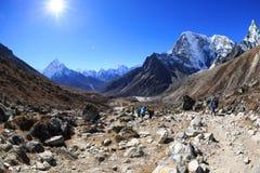 Trekking de randonneurs sur le chemin au camp de base d'everest Photo libre de droits