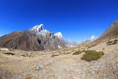 Trekking de randonneurs sur le chemin au camp de base d'everest Image stock