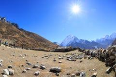 Trekking de randonneurs sur le chemin au camp de base d'everest Photographie stock libre de droits