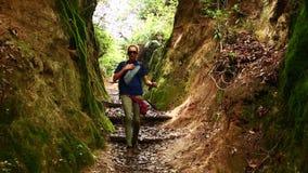 Trekking de touristes caucasien femelle marchant aux montagnes de l'Himalaya, Népal clips vidéos