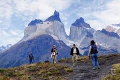 Trekking de touristes pour voir le klaxon de Paine en Torres Del Paine Photographie stock libre de droits