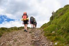 Trekking de touristes sur le chemin de terre Photos stock