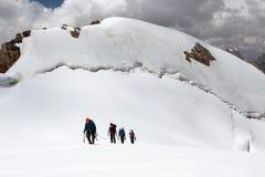 Trekking in de Wandelaars die van Himalayagebergte op Gletsjer naar boven gaan Stock Foto's