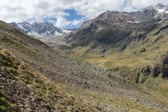 Trekking in de zomervakantie van Alpen stock foto