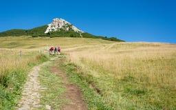 Trekking dei viaggiatori al picco basso del picco bianco in montagna delle dolomia, Tirolo del sud, Italia Immagini Stock Libere da Diritti